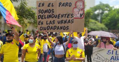 Abajo las banderas partidistas, urge atender la crisis social en Colombia